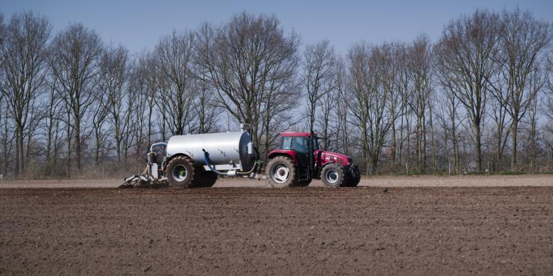 Traktor mit Gülleanhänger