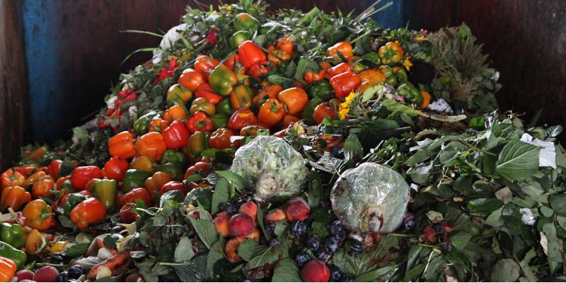 Obst- und Gemüseabfall auf einem Haufen