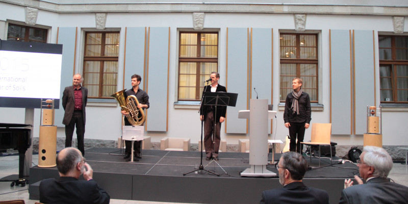 """Tobias Morgenstern and colleagues play according to the """"Bodenkantate"""""""