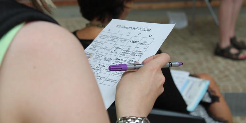 Frau mit Fragebogen