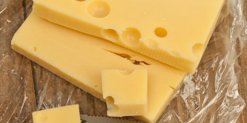Käse, aus Plastikfolie ausgewickelt