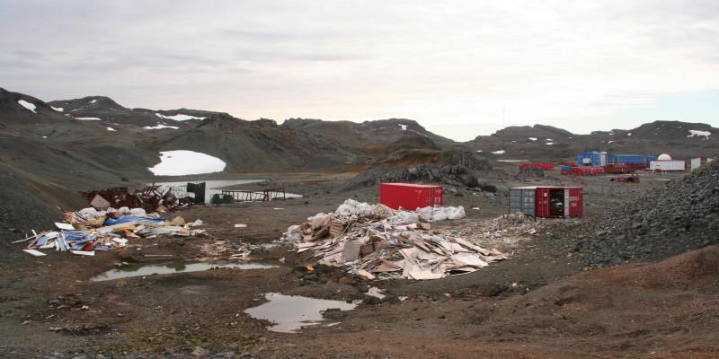Müllhalden neben einer Forschungsstation auf der antarktischen Halbinsel Filder