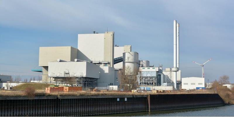 Müllheizkraftwerk am Fluss