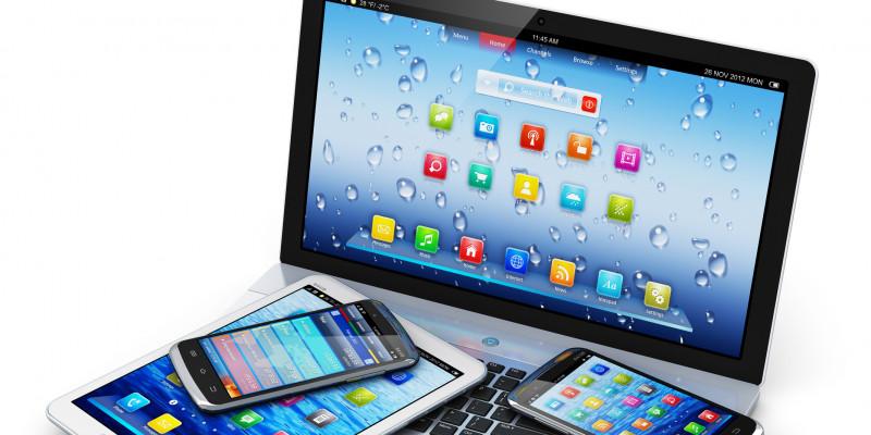 Notebook, Tablet und Handys liegen übereinander