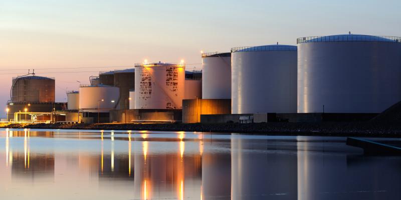 Öltanks im Hafen