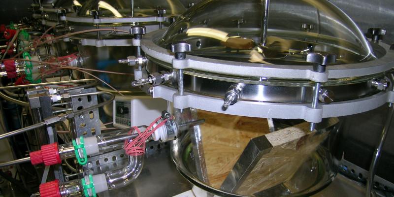Spanplatte befindet sich in einer Prüfkammer, um schädliche Substanzen zu ermitteln