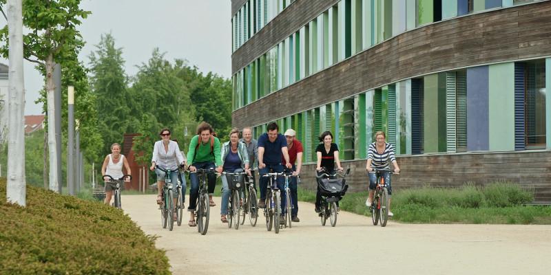 Gruppe Radfahrer vor dem UBA in Dessau