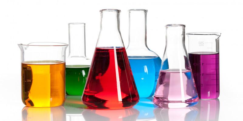 Reagenzgläser, gefüllt mit farbigen Flüssigkeiten