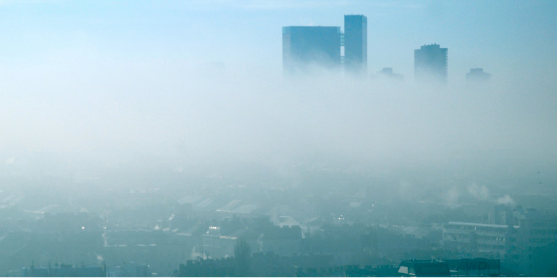 Stadtpanorama mit Smogschicht