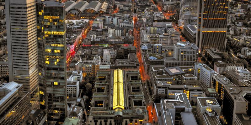 Stadtansicht in der Dämmerung