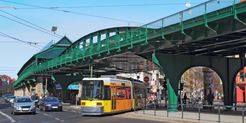 Straßenbahn, U-Bahn und Autoverkehr in der Großstadt