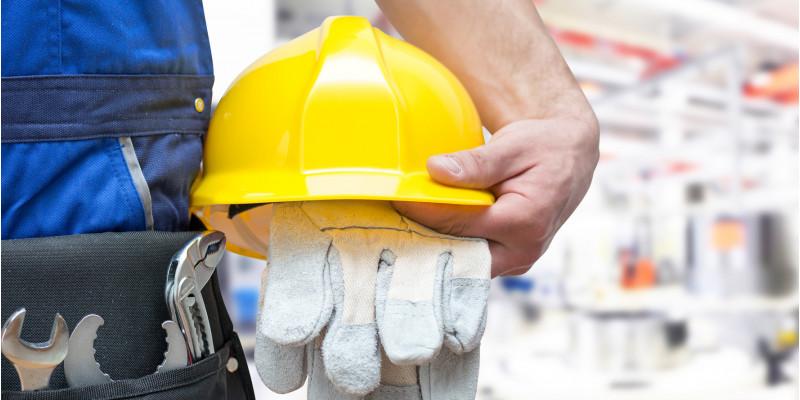 Nahaufnahme Arbeiter mit Werkzeug und Schutzhelm
