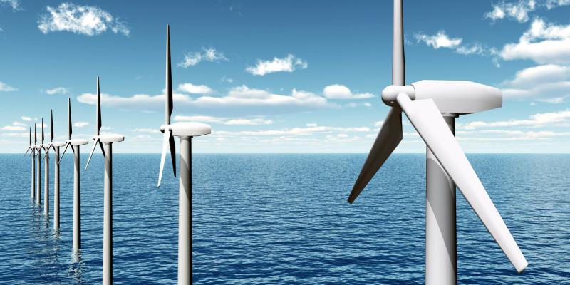 Windkraftanlagen stehen im Meer