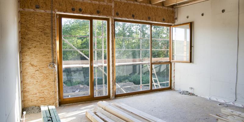 In einem Hausrohbau abgelagerte Baustoffe