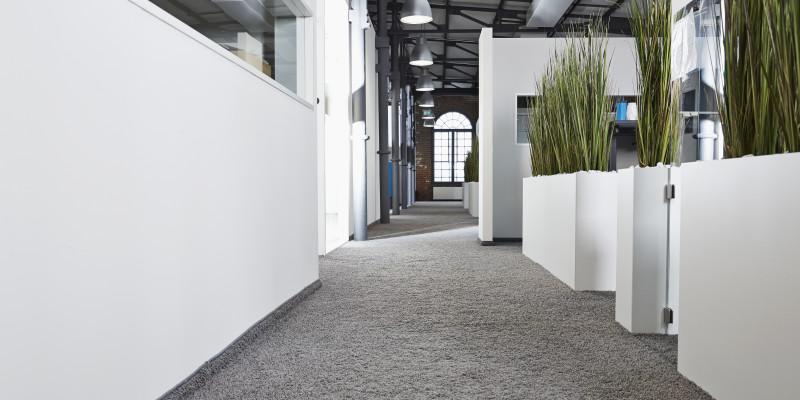 Flur in einem Bürogebäude, der mit einem textilen Bodenbelag ausgestattet ist