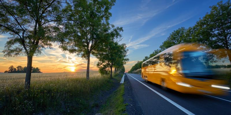 Fernbus auf einer Landstraße