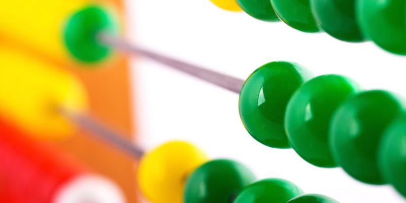 Rechenschieber mit grünen Kugeln im Vordergrund.