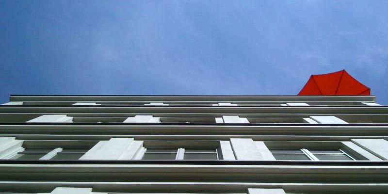 roter sonnenschirm zur Beschattung Dachgarten