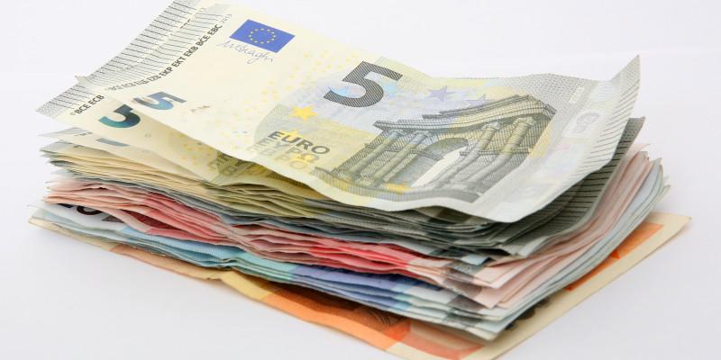 Nahaufnahme von Euro-Geldscheinen.