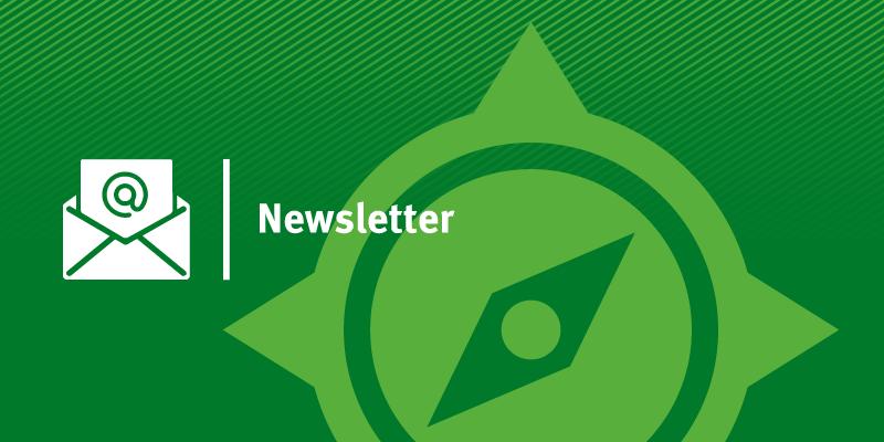 Schriftzug Newsletter mit KomPass-Logo sowie Briefumschlag mit @-Zeichen