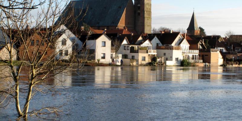 Hochwasser vor einer städtischen Kulisse.