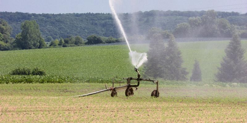 Beregnungsgerät auf landwirtschaftlicher Fläche.