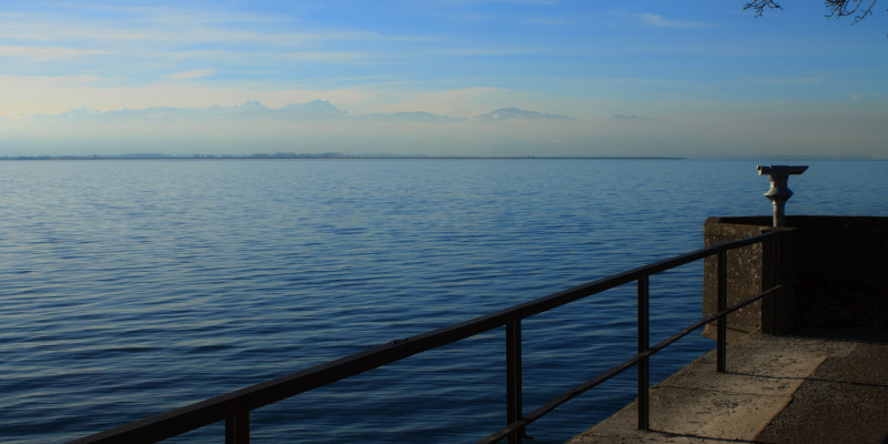 Aussichtsterasse mit Fernglas am Bodensee.