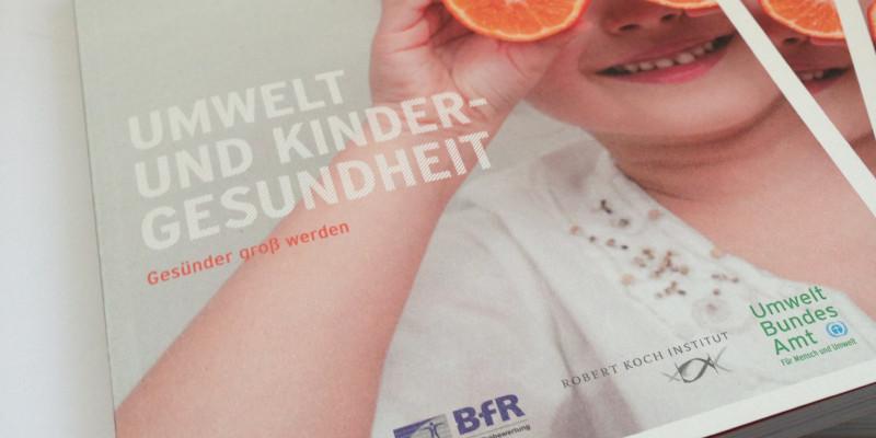 Cover der Broschüre mit einem Foto eines kleinen Mädchens, das sich aus Spaß zwei halbe Orangen vor die Augen hält