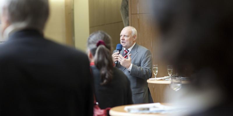 Herr Dr. Wendenburg mit Mikrophon, im Vordergrund Zuhörer