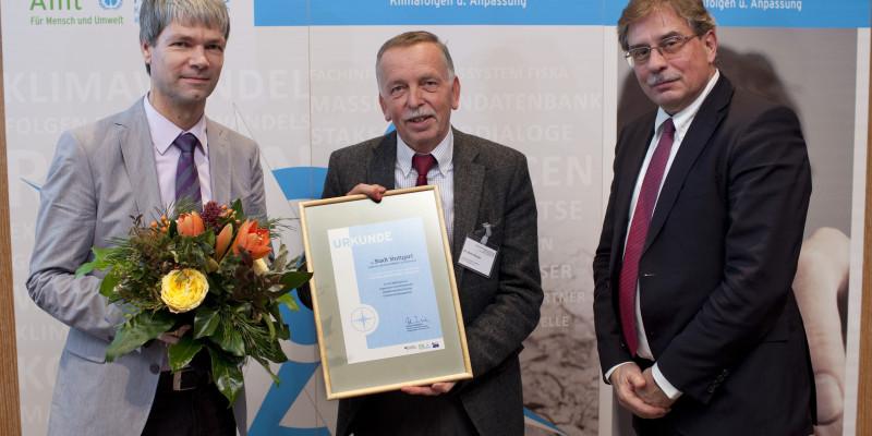 Preisträger mit Urkunde