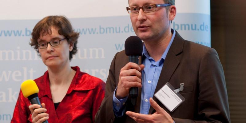 Frau Hoffmann und Herr Vetter mit Mikrophonen
