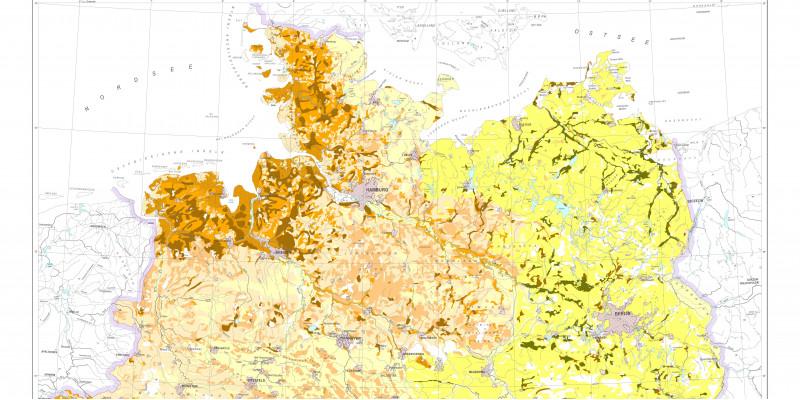 Die Karte zeigt die Grundzüge der Humusgehalte der Böden in Deutschland: Hohe Humusgehalte finden sich an der Nordseeküste, den Mittelgebirgen und dem Alpenraum; in Richtung des kontinentaleren Ostens nehmen sie ab.