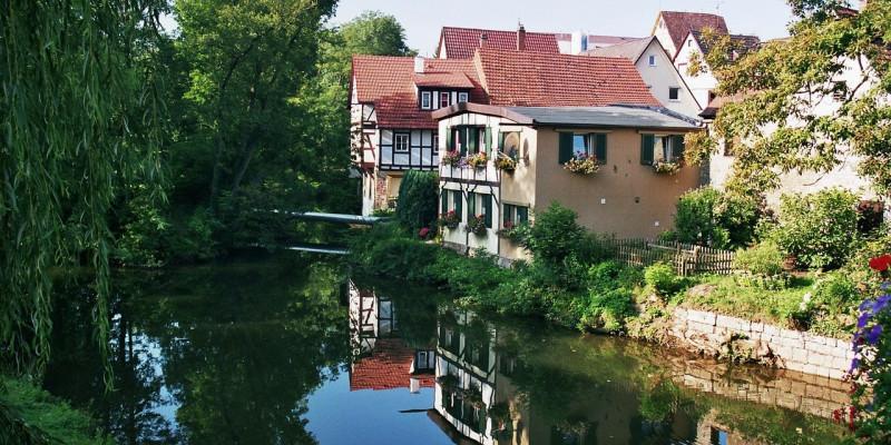 Ein Fachwerkhaus am Ufer eines Flusses