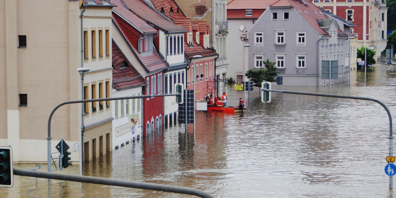 Überschwemmter Straßenzug in einer Kleinstadt