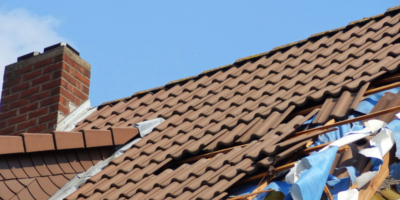 Teilweise abgedecktes Dach eines Privathauses