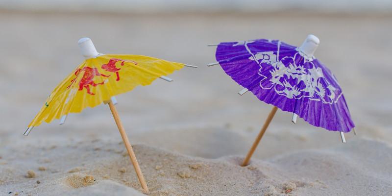 zwei kleine Papierhüte im Sand