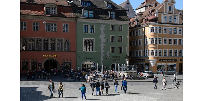 Marktplatz in Regensburg mit Menschen.