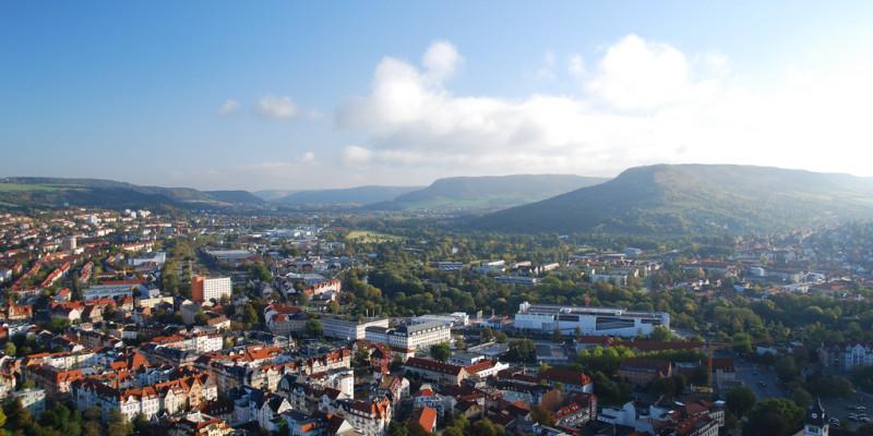 Luftbild der Stadt Jena an einem sonnigen Tag