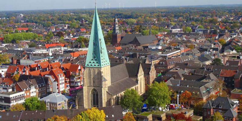 Luftaufnahme der Stadt Bocholt, im Vordergrund befindet sich eine Kirche