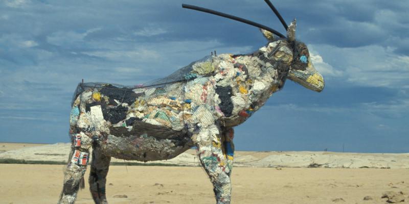 Eine Antilope aus Maschendraht gebaut und mit Müll gefüllt, die am Strand steht