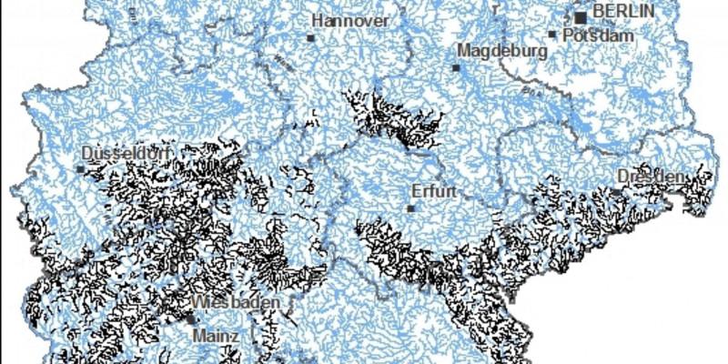 Schematische Karte von Deutschland, die alle Fließgewässer zeigt und in schwarz den Gewässertyp des Jahres 2011 zeigt