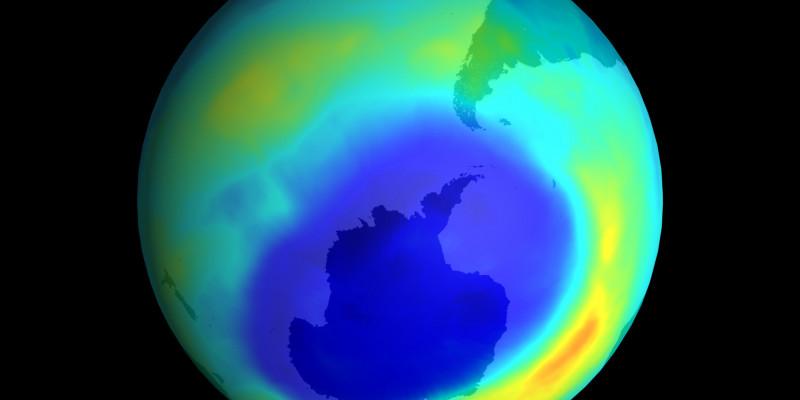 Bild der Erde von der NASA, dass die Ozonschicht anzeigt und in dunkelblau ein Loch der Ozonschicht über der Antarktis.