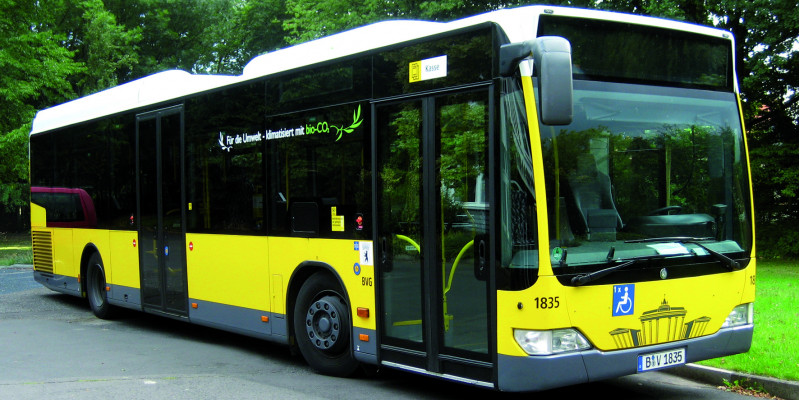 """a black and yellow bus of the BVG with inscription """"CO2"""""""