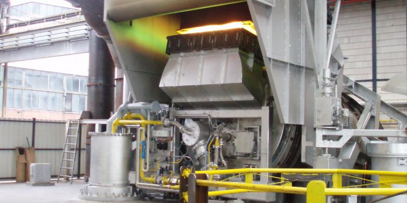 ein großer silberner Raffinationsofen, der bis unter die Decke der Fabriksalle reicht