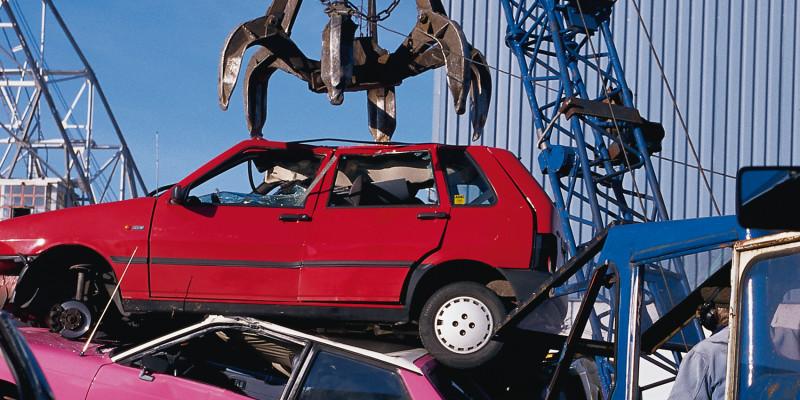 Altautos auf einem Schrottplatz