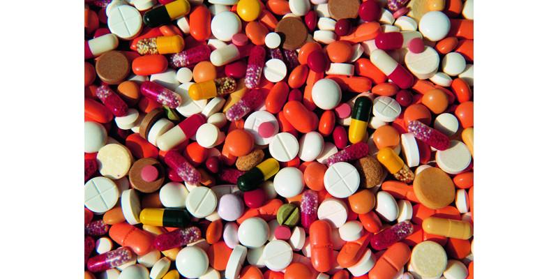Bild mit verschieden großen und farbigen Tabletten