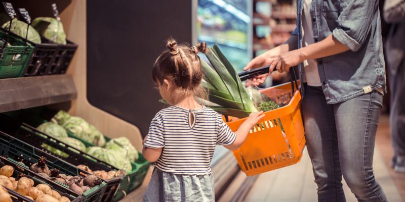 Ein Mädchen in einem Supermarkt