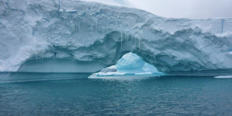 Ein Eisberg im Meer