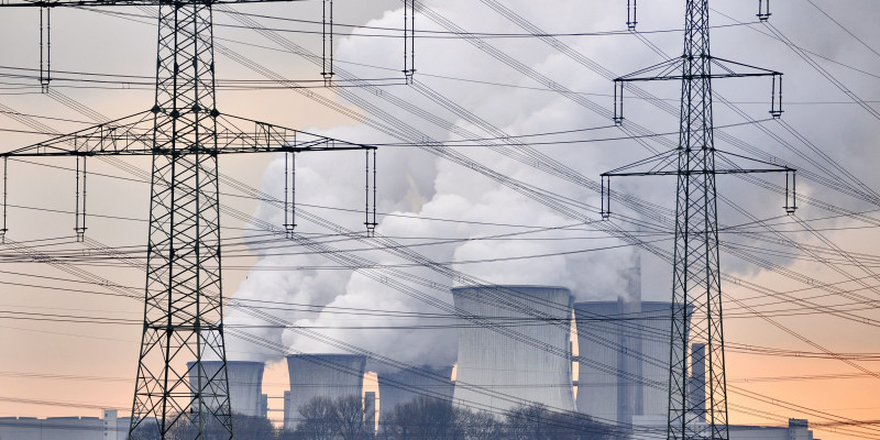 Ein Kraftwerk und Stromleitungen.