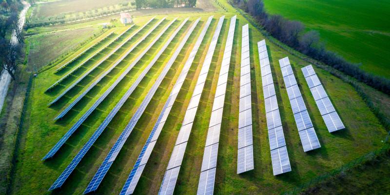Eine Photovoltaikanlage auf einem Feld.